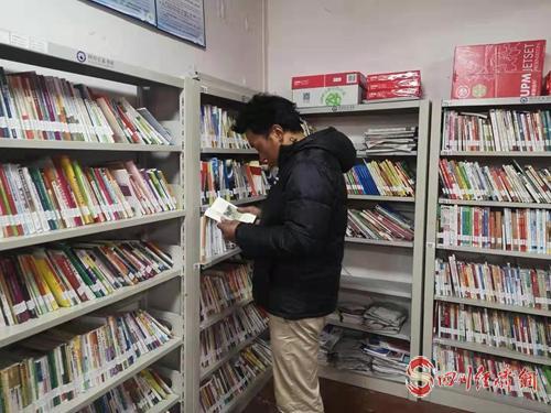 """26(網)220個農家書屋 成為甘孜縣群眾的""""精神家園""""配圖   配圖1:群眾在農家書屋讀書.jpg"""