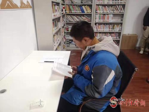 """26(網)220個農家書屋 成為甘孜縣群眾的""""精神家園""""配圖   配圖2:學生在農家書屋讀書.jpg"""