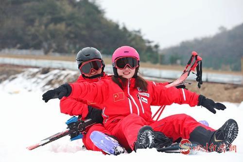 游客現場體驗滑雪.jpg