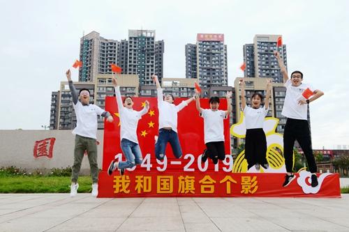 05(5刘 网 0919 常坚)我和国旗合个影(1)配图    合影1.jpg