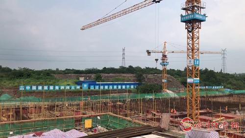 """05(网)自贡首次引入地埋式污水处理厂 让城市污水""""悄悄""""变清配图   正在建设中的地埋式污水处理厂。.jpg"""