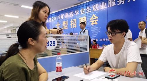 08(网)广汉市启动高校毕业生服务月活动配图    招聘现场.jpg