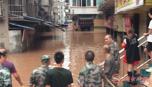 02(网)0806 资中县暴雨袭城 受灾25227人损失5842.73万元 抢险救援工作正紧急展开配图    球溪镇菜市场被淹.jpg