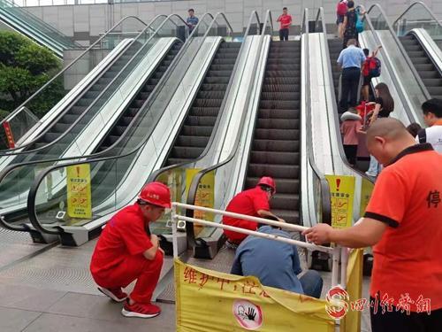 """34(网)乐山市市场监管局:为""""旅博会""""安全保驾护航配图    图3:特种设备(电梯)检查现场.jpg"""