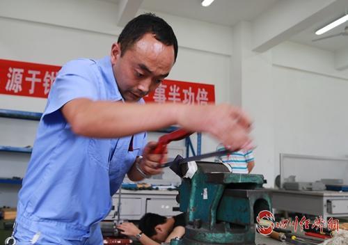 39(网)阿坝州第五届农民工技能大赛在茂县开幕配图    技能比赛中0904_4.jpg