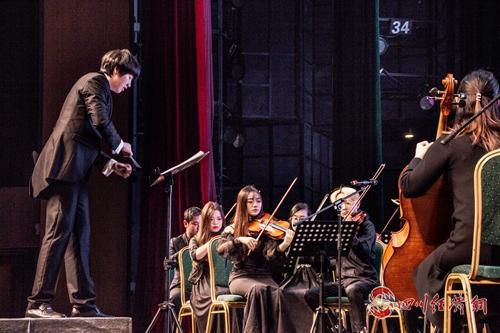 06(网,川经瞭望)音乐开启新年之门 雅安举行2020新年交响音乐会配图   配图:指挥家正在指挥音乐会.jpg
