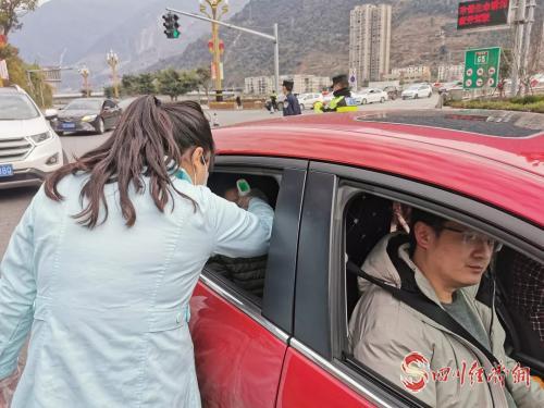 石棉:全力进行新型冠状病毒感染的肺炎疫情防控工作 配图:对过往车辆、人员进行监测.png
