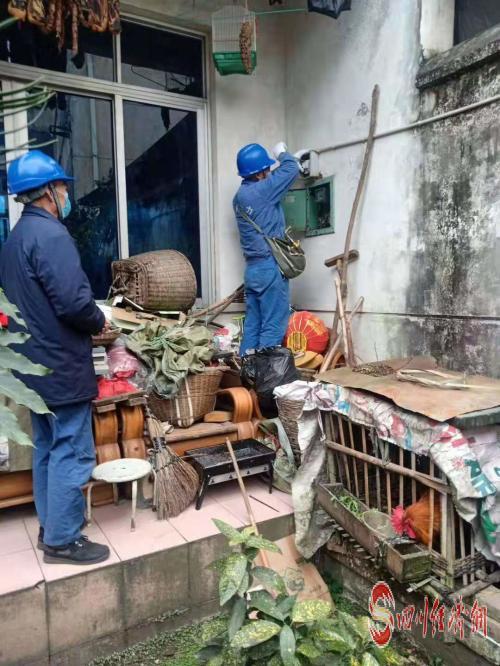 国网成都供电公司工作人员对青白江城厢片区农户进行故障抢修 (2).jpg