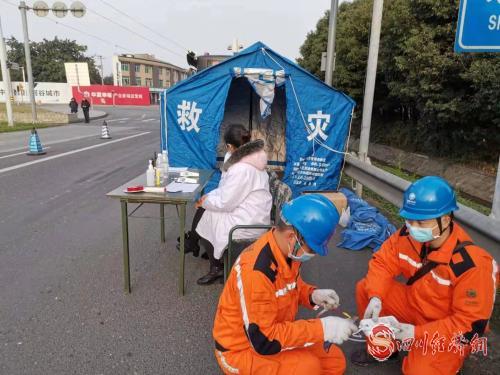 国网成都供电公司工作人员在蒲江为高速路口疫情检查点保供电,接电源安装插座插板 (5).jpg