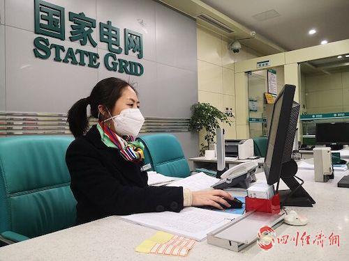 (网0128张琳琪)国网遂宁供电公司:戴着口罩保供电配图1.jpg