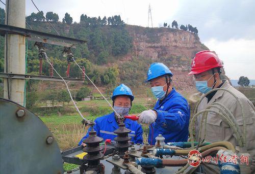 (网0128张琳琪)国网遂宁供电公司:戴着口罩保供电配图3.jpg