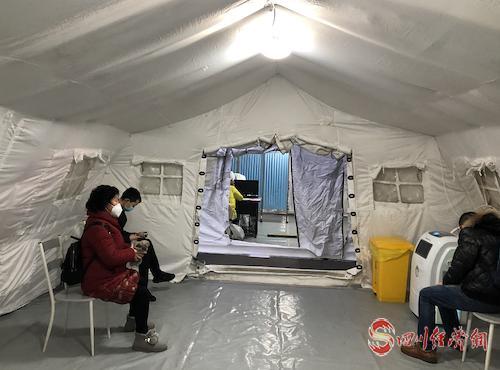 """患者在""""帐篷医院""""里候诊。.png"""