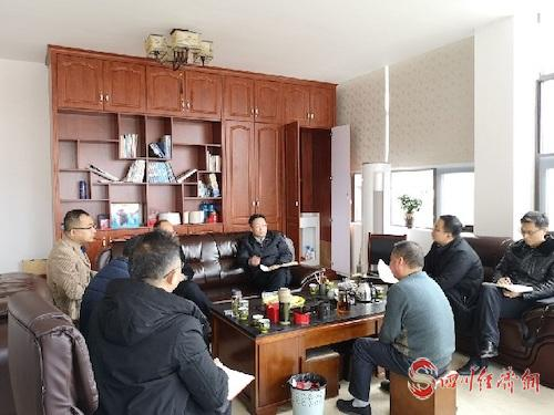 邓继红在企业督促指导生产保供工作.jpg
