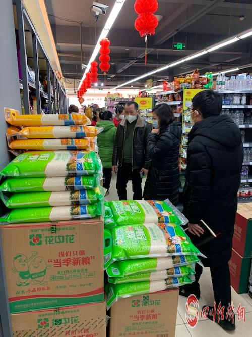 别慌!天府新区市场供应充足  您的菜篮子我们来保障配图 工作人员查看商超货品供应情况.jpg