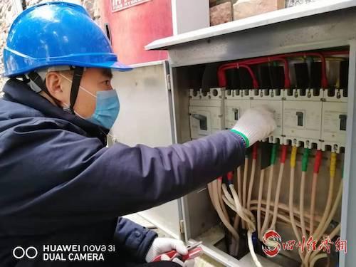 圖3:國網南部縣供電公司城東供電所員工朱斌春節堅守保電崗位,認真檢查用電設備.jpg