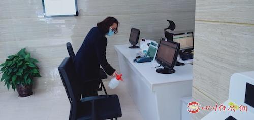圖5:國網閬中市供電公司營業廳值班人員為公共區域消毒,確保環境衛生安全.jpg