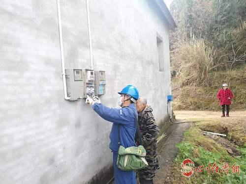 圖7:國網南部縣供電公司員工王潤民在石泉鄉魚池村為客戶檢查電表,保障居民用電無憂.jpg