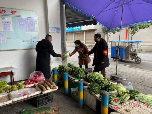 """芦山:""""红色代跑""""送温暖 居家隔离也方便配图    正在帮忙购买蔬菜.jpeg"""