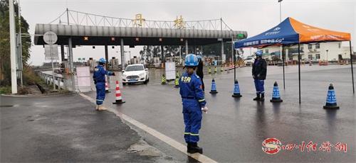 卫健、公安、交通等部门在高速路口检测点对入丹车辆进行检查.jpg