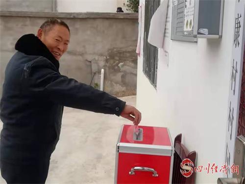 匯聚愛心 感恩湖北 漢源在行動 配圖:捐款的村民.png