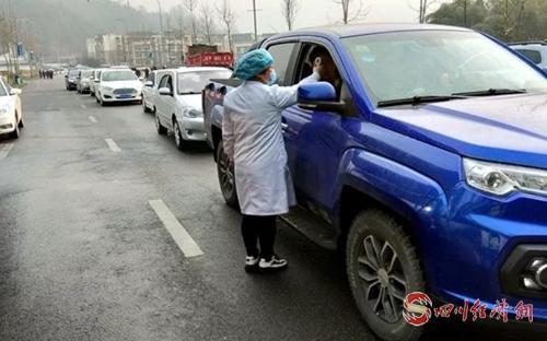 对外来车辆司乘人员进行体温检测.jpg