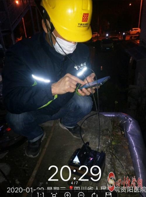 1月29日晚,资阳电信员工为医院安装宽带.png