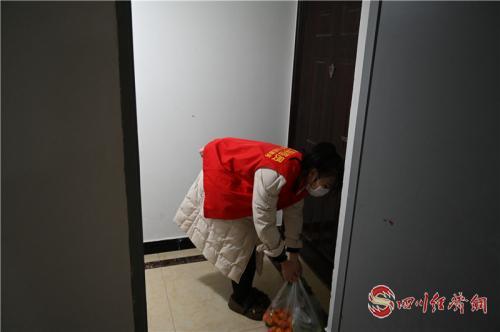 92 2月1日,网格员解丽媛为辖区自行隔离居民送生活用品到家门.jpg