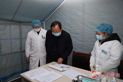 图2:县委书记谭焰(中)在乡镇卫生院检查指导疫情防控工作.jpg