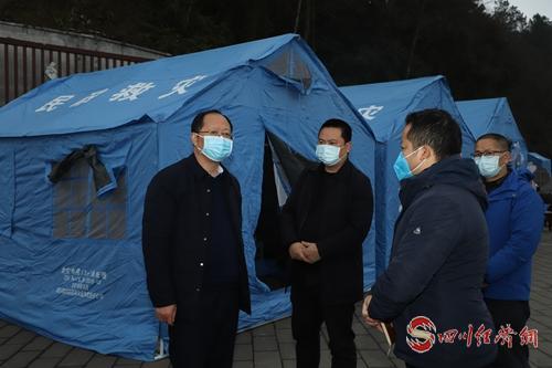 图3:县委书记谭焰(左一)在临时检查点检查指导工作.jpg