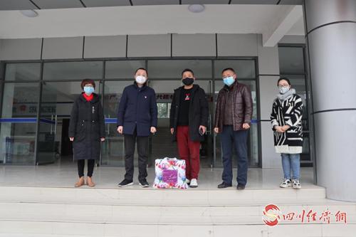 东联镇驻深圳市农民工党支部书记李建捐赠口罩.png