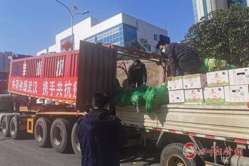 图4:运送人员帮着一起搬运物资.jpg