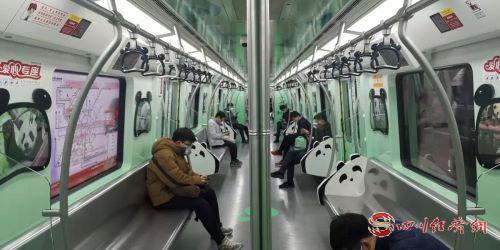 地鐵內乘客逐漸變多1.jpg