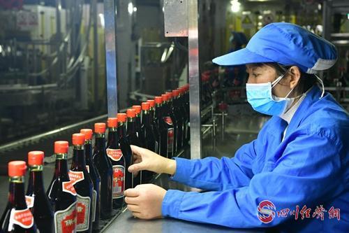 阆中保宁醋公司正在包装(张晓东 摄).jpg