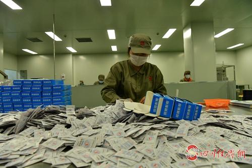 康美药业生产车间工人正在包装(张晓东 摄).jpg