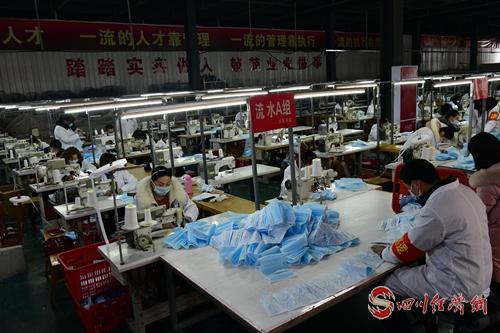 阆中一服装企业上线的口罩生产线已经开始生产(张晓东 摄).jpg