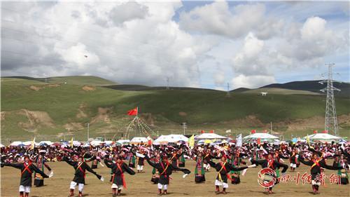 理塘县群众在草原上跳起欢快的千人锅庄舞.jpg