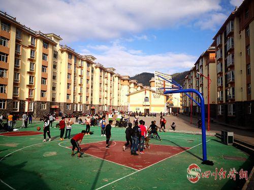 31(网)易地扶贫移民搬迁:幸福生活从这里开始配图   普提集中安置点举办篮球赛 (1)_副本.jpg