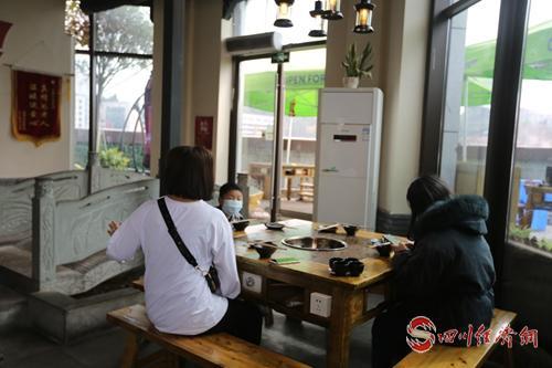 市民在火锅店就餐.jpg