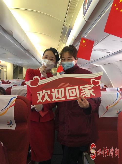 舒慧萍(右)在回川的列车上.jpg
