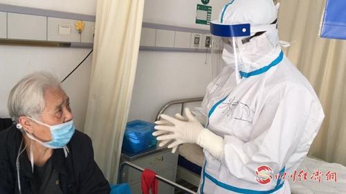 舒慧萍正在询问患者身体状况.jpg