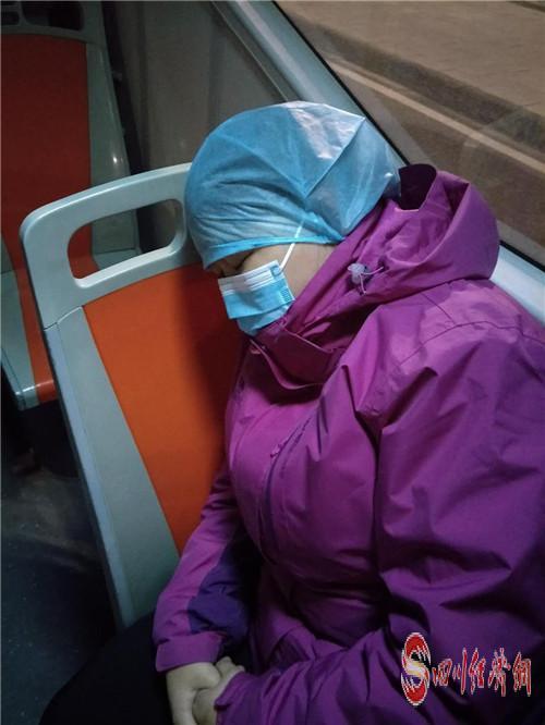 凌晨三点,吴红梅下班在公交车上熟睡_副本.jpg