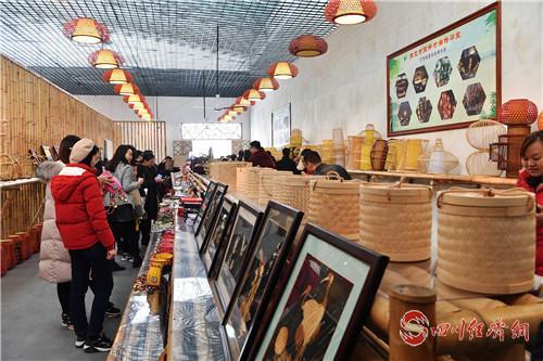 游客在長樂鎮竹編展示廳選購產品 (周漢兵 攝).jpg