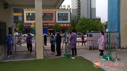 01(网)邻水县北城学校学生检测体温进校 .jpg