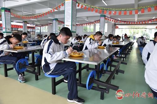01(网)邻水中学学生分批次进餐.jpg