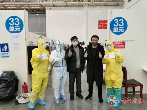 蔡永红(右一)和同事送患者出院。.jpg