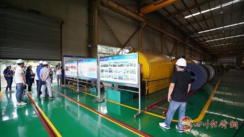 31(网)9月16日下午 特变电工稿件(审定)配图    媒体代表参观特变电工生产车间.jpg