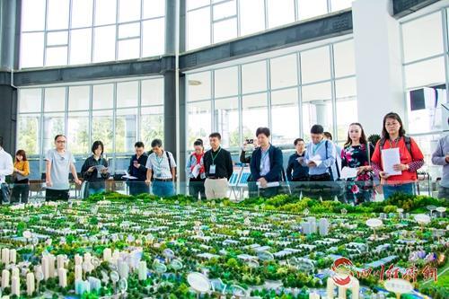 15(网)成雅工业园稿件配图    媒体代表走进成雅工业园.jpg