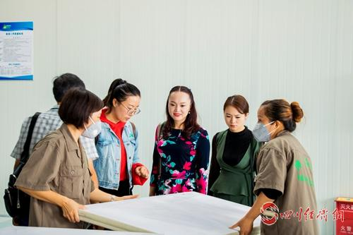 15(网)成雅工业园稿件配图  媒体代表走进成雅工业园3.jpg
