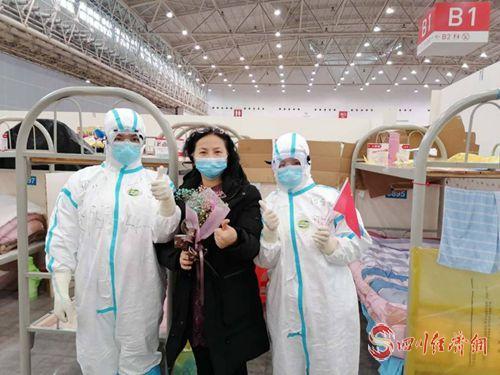 23(网)  何东梅与治愈出院病人合影(右一)_副本.jpg