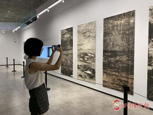 26(网)图片新闻配图    中国经济时报记者在舍得艺术中心拍照留念.jpg